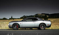 Mordazas de frenos rojas de Dodge Challenger 2016