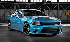 Vista lateral frontal del Dodge Charger R/T Scat Pack 2016