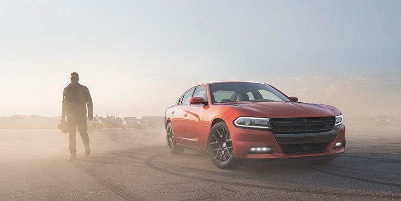 Vista lateral frontal del Dodge Charger R/T Road & Track 2016