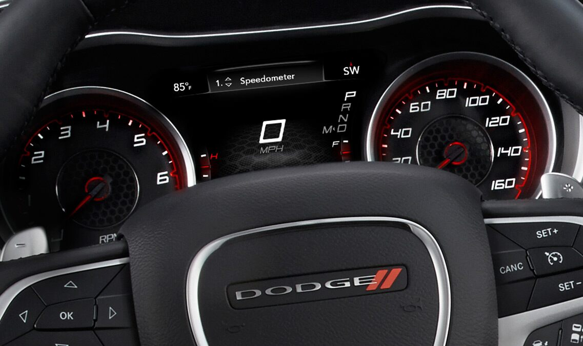 Pantalla digital en el panel de instrumentos del Dodge Charger R/T Road & Track 2016