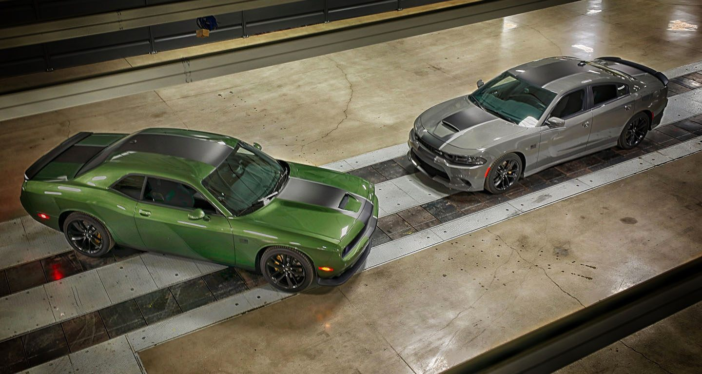 Mostrar vista superior del Dodge Challenger Stars & Stripes Edition 2019 y un Dodge Charger Stars & Stripes Edition 2019.