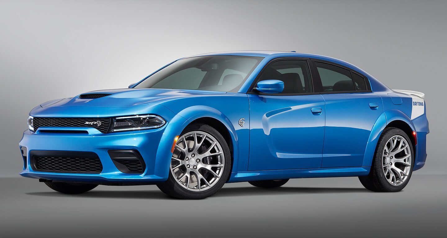 Se muestra un Dodge Charger SRT Hellcat Widebody Daytona 50th Anniversary Edition 2020 sobre un fondo gris.