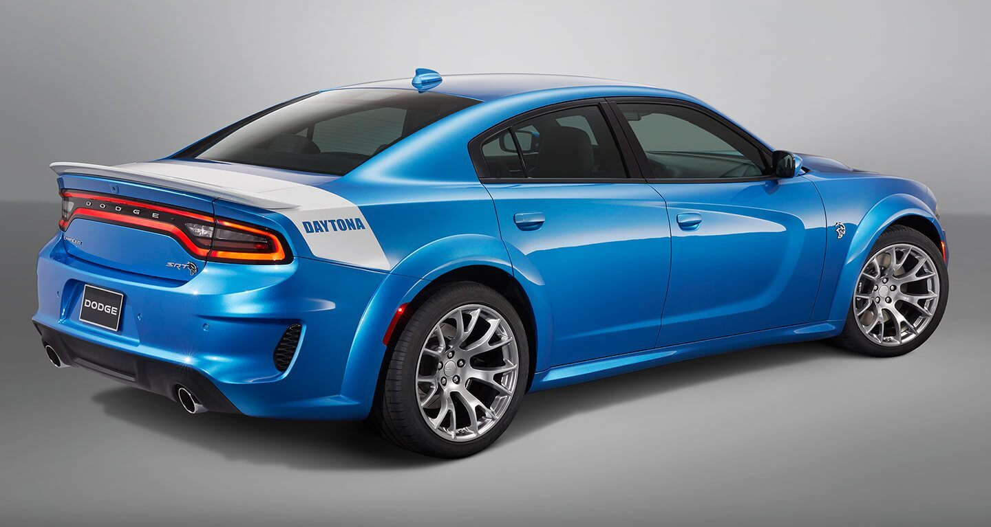 Se muestra una vista trasera de medio perfil de un Dodge Charger SRT Hellcat Widebody Daytona 50th Anniversary Edition 2020.